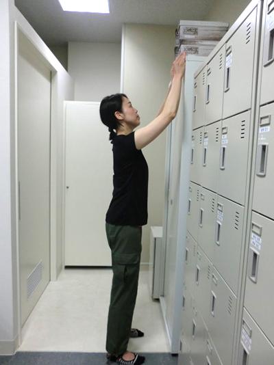 棚の上の物を取る姿勢の例